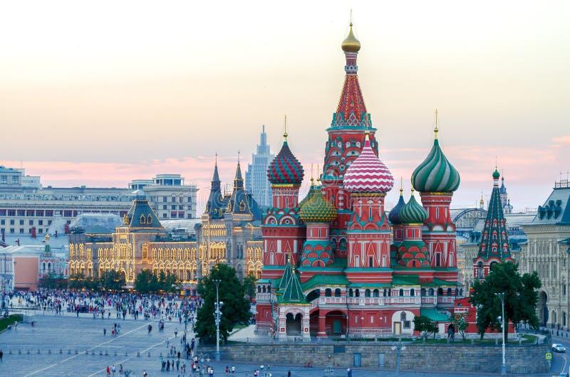Heilige Basil Cathedral bij Rood Vierkant Zonsondergang in Moskou, Rusland royalty-vrije stock afbeeldingen