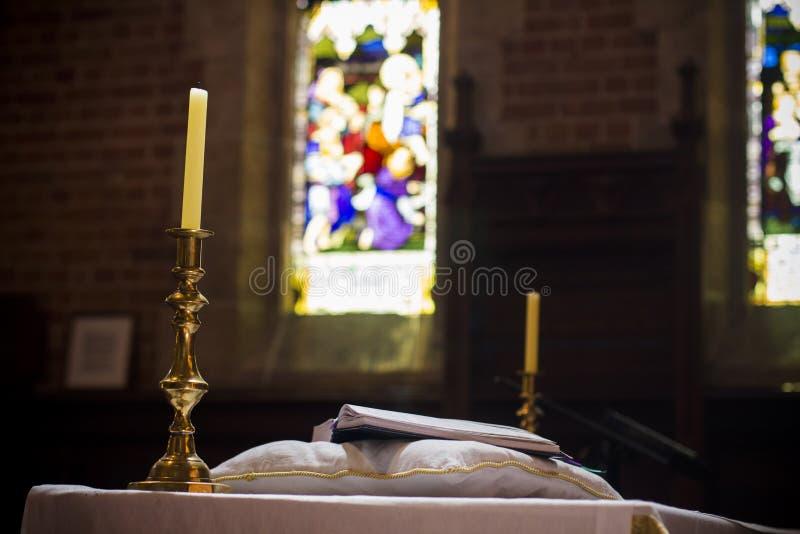 Heilige Bibel auf christlicher Kirche Perth Australien der Sockelkanzel nett lizenzfreie stockfotos