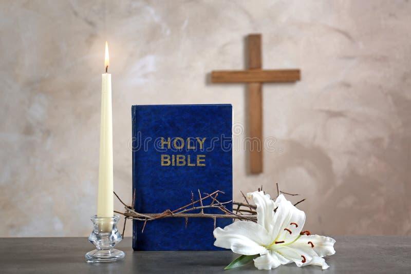 Heilige Bibel, Dornenkrone, Lilie, Kerze stockbilder