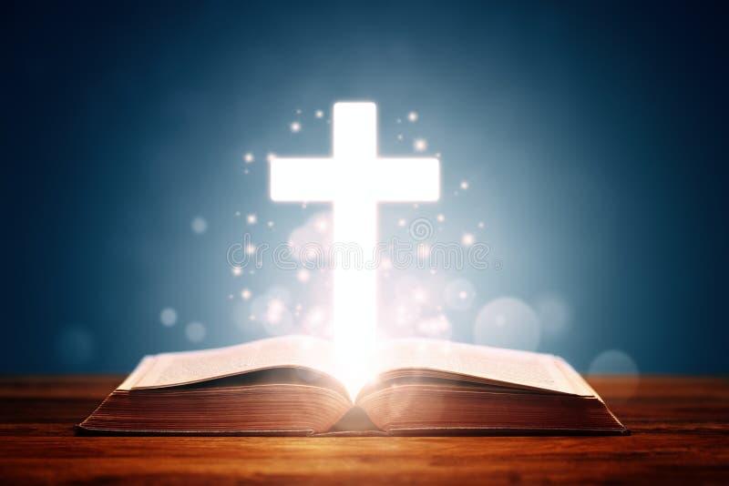 Heilige Bibel mit Kreuz stockfoto