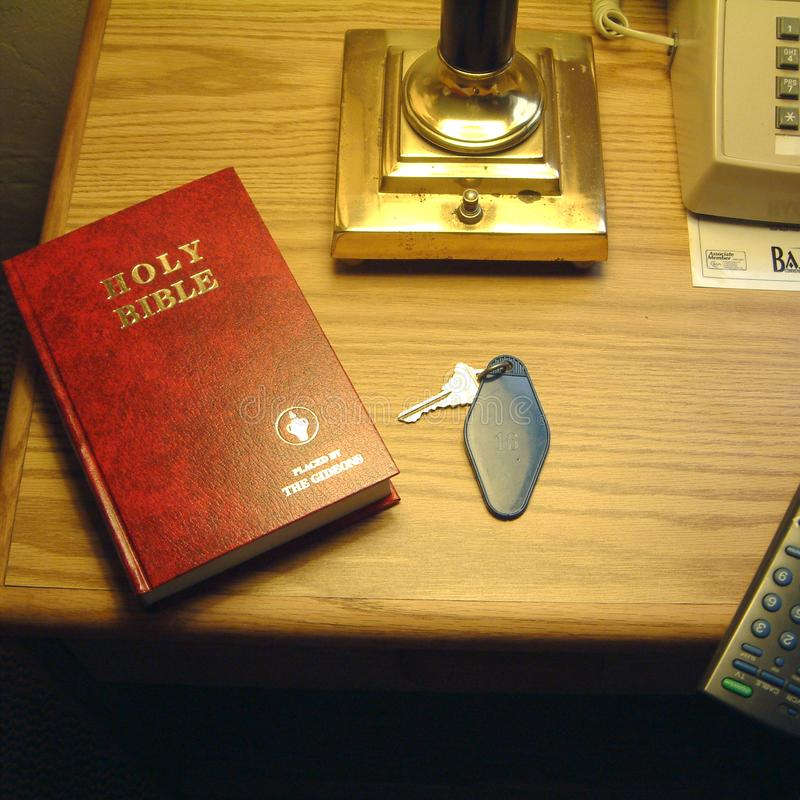 Heilige Bijbel in een ruimte stock fotografie