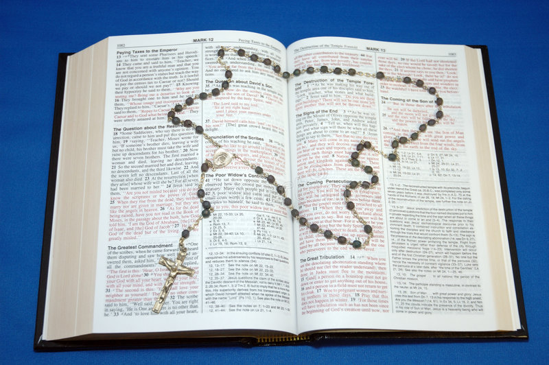 Heilige Bijbel en Rozentuin stock afbeelding