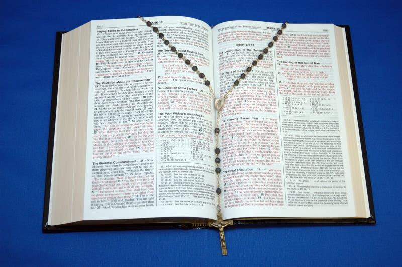Heilige Bijbel en Rozentuin royalty-vrije stock foto