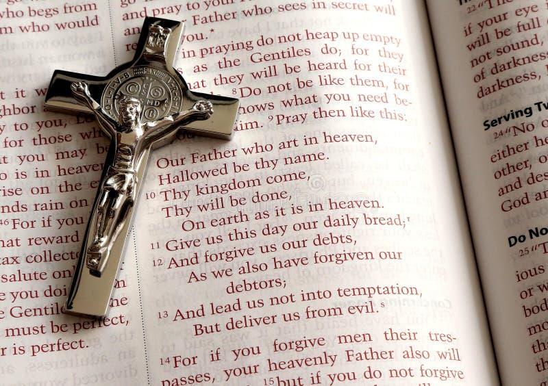 Heilige Bijbel, gebed Onze Vader en Kruis stock foto