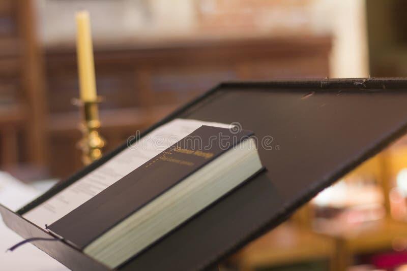 Heilige Bijbel op de christelijke kerk Perth aardig Australië van de voetstukpreekstoel royalty-vrije stock afbeeldingen