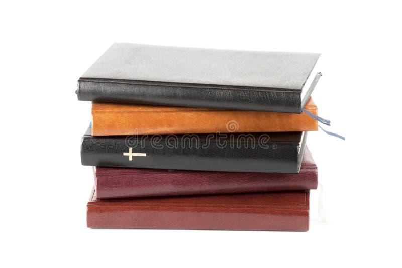 Heilige Bijbel tussen boeken royalty-vrije stock foto