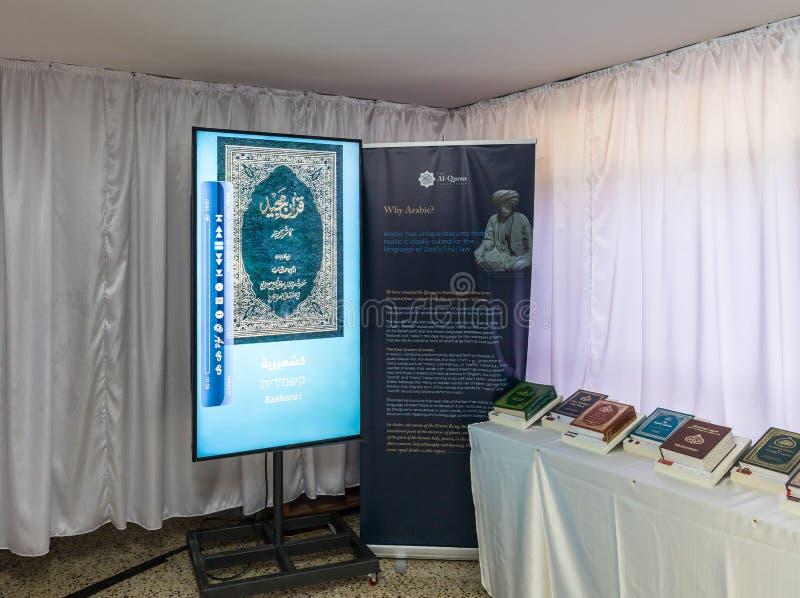 Heilige boeken en handboeken in verschillende talen in de zaal van de gebedzaal in de moskee van Ahmadiyya Shaykh Mahmud in stad  royalty-vrije stock afbeeldingen