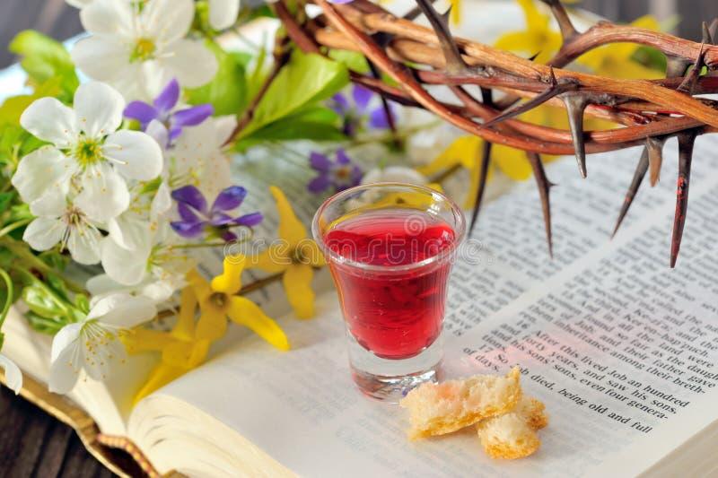 Heilige Communiekop met wijn en brood stock afbeeldingen