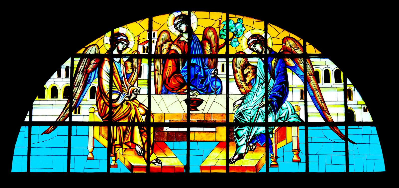 Heilige die Drievuldigheid op gebrandschilderd glas in Orthodoxe Kathedraal wordt geschilderd royalty-vrije stock afbeelding