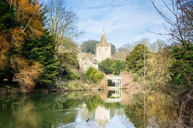 Heilige die Drievuldigheidskerk Bradford op Avon van over de rivier op een de lentedag wordt gezien stock foto's