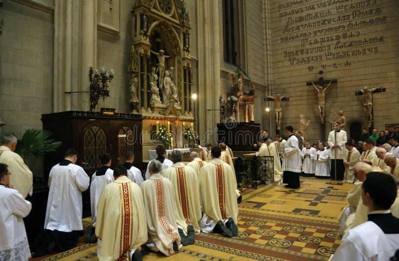 Heilige Donderdag, Massa Lord` s Avondmaal in de Kathedraal van Zagreb stock foto's