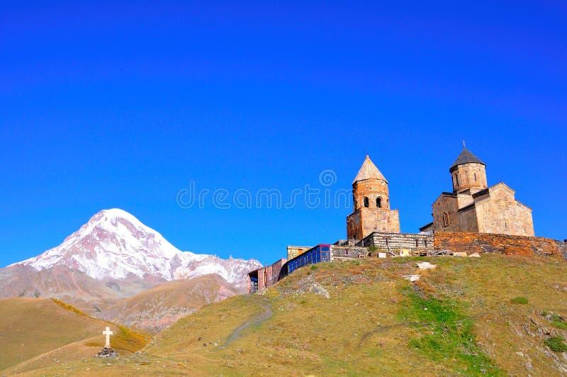 Heilige Dreiheit-Kirche, Kazbegi, Georgia lizenzfreie stockfotos