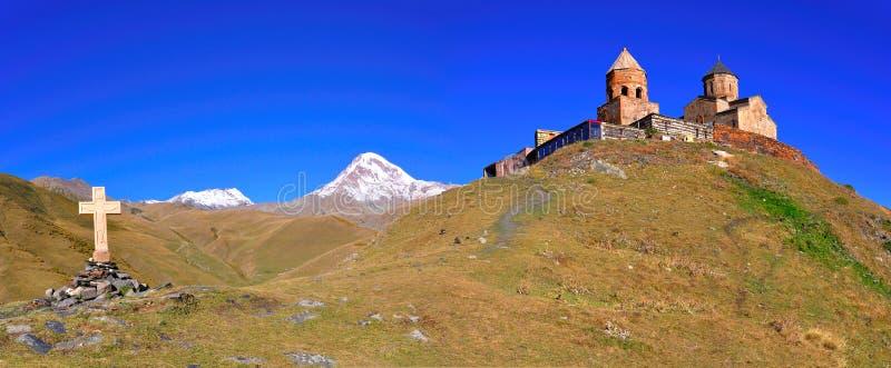 Heilige Dreiheit-Kirche-Panorama, Kazbegi, Georgia stockbild