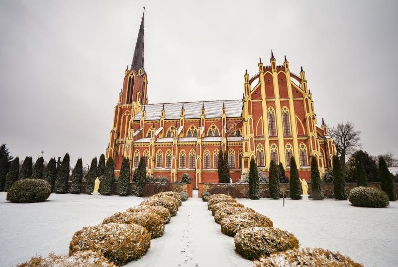 Heilige Drievuldigheids katholieke kerk, Gervyaty-dorp in de wintertijd stock foto's