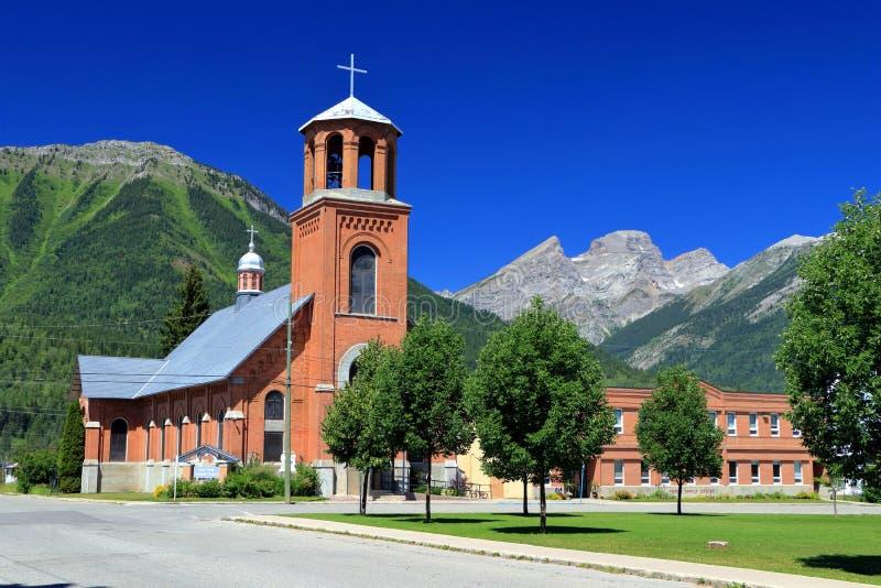 Heilige Familien-Kirche mit Rocky Mountain Panorama bei Fernie, Britisch-Columbia stockbild