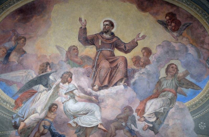 Heilige Francis van Assisi door engelen wordt omringd die royalty-vrije stock foto