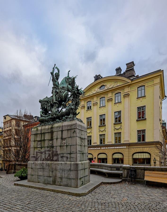 Heilige George en het Draakbeeldhouwwerk op Kopmantorget KoopvaardijSquare, bronsexemplaar door Meyer 1913, in Oude Stad Gamla St royalty-vrije stock afbeeldingen