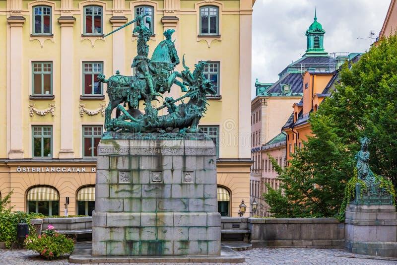 Heilige George en het Draakbeeldhouwwerk in Oude Stad Gamla Stan St stock fotografie