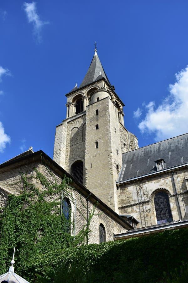 Heilige Germain des Pres Abbey, Parijs, Frankrijk Toren met klimop, zonnige dag, blauwe hemel stock foto