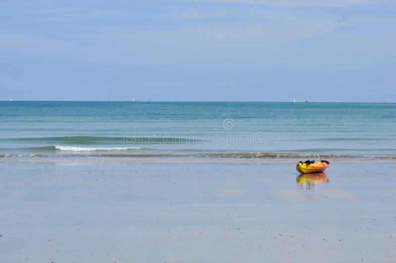 HEILIGE-GIETVORM-LE-GUILDO, FRANKRIJK - AUGUSTUS 2014: Kajak en bezinning over strand at low tide stock afbeeldingen