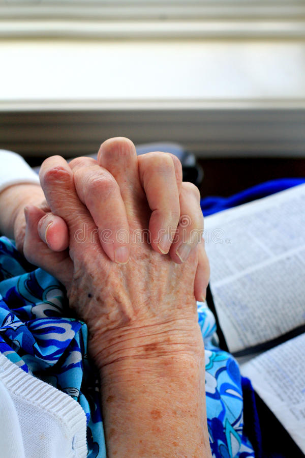 Heilige Hände und Bibel lizenzfreies stockfoto