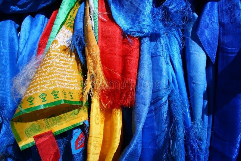 Heilige hadags oder khadags blaue Seidenschals und Gebetsflaggennahaufnahme, Mongolei stockfotografie