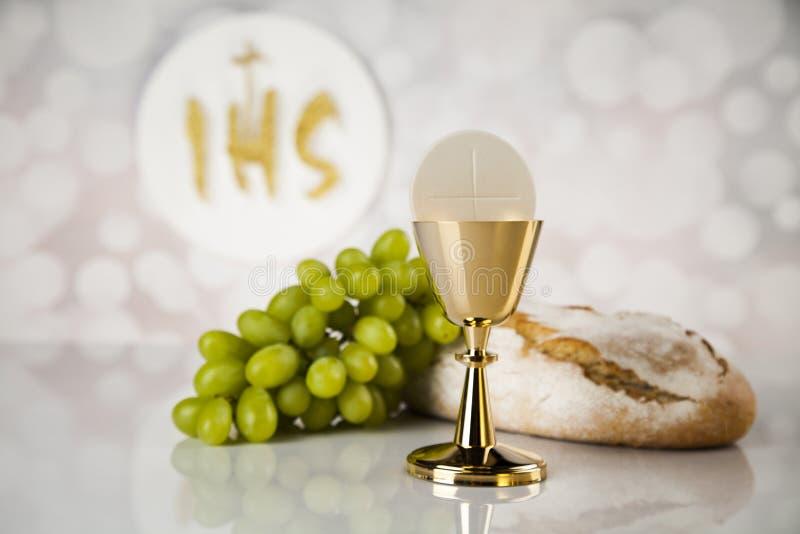 Heilige kerkgemeenschap een gouden miskelk, samenstelling op wit royalty-vrije stock fotografie