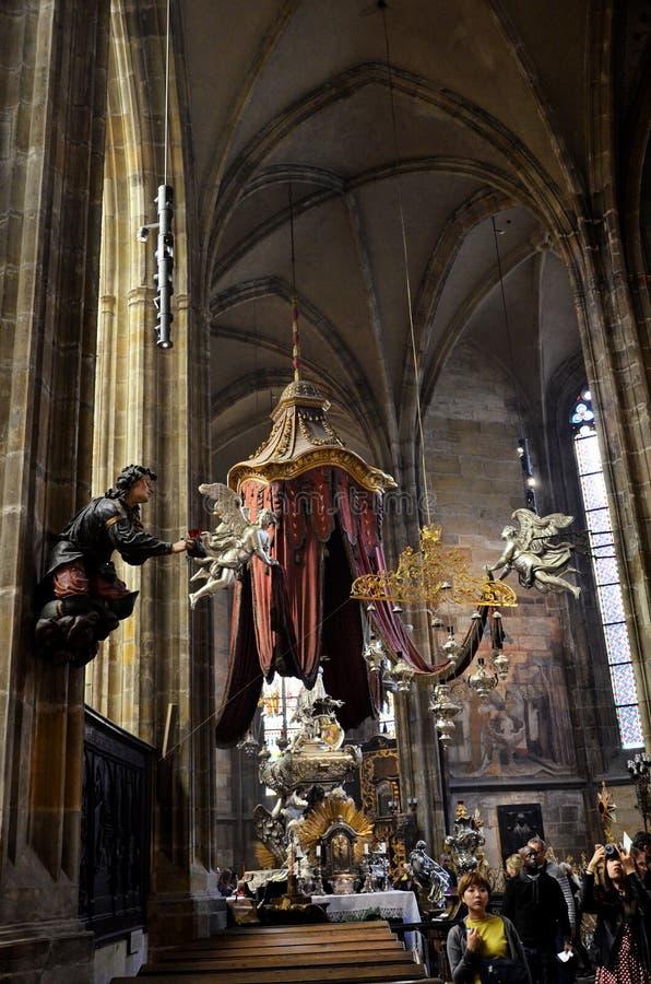 Heilige kunstvoorwerpen binnen de kathedraal van Praag royalty-vrije stock fotografie
