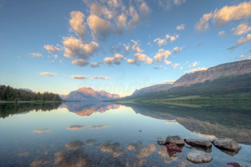Heilige Mary Lake Reflection royalty-vrije stock afbeelding