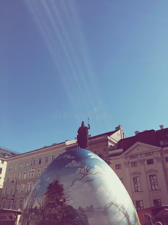 Heilige mens die op de bovenkant van een paasei Freyung Wien prediken stock foto's