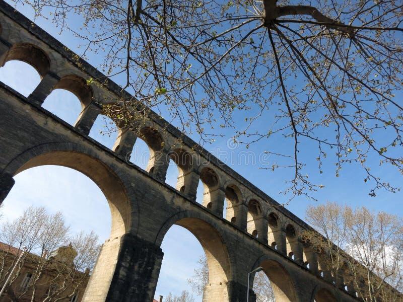Heilige-mild Aquaduct op een zonnige de zomerdag in Montpellier, Frankrijk royalty-vrije stock fotografie