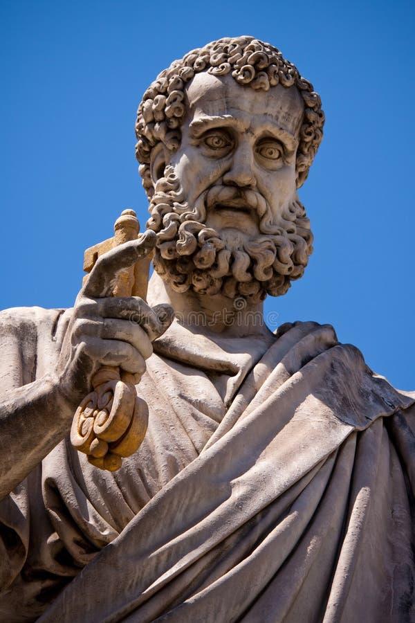 Heilige Peter die de sleutel houdt aan hemel stock fotografie