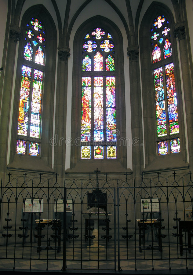 Heilige Peter? s Kathedraal stainded glasvenster royalty-vrije stock afbeelding