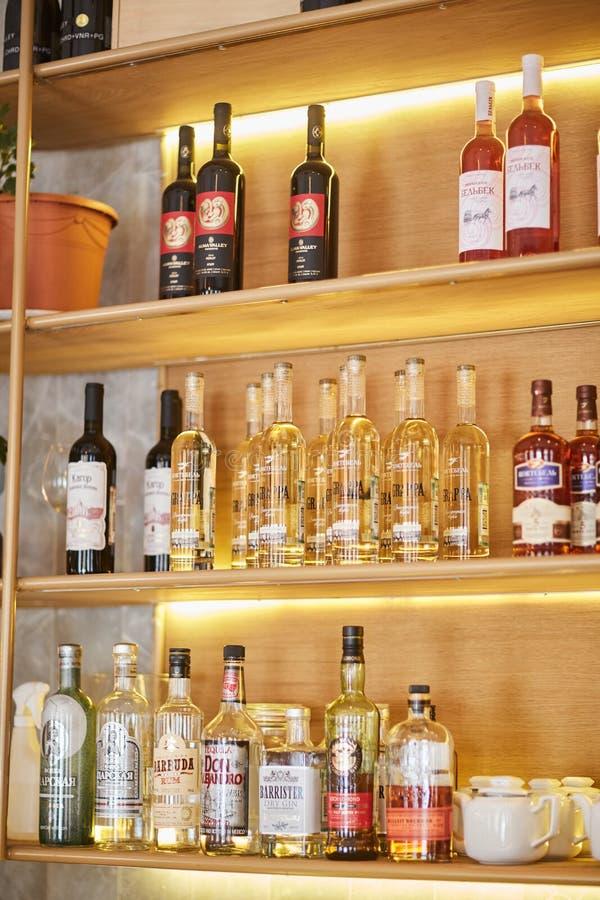 Heilige-Peterburg, Rusland: 24 augustus 2018: Wijnflessen op houten plank in wijnopslag royalty-vrije stock fotografie