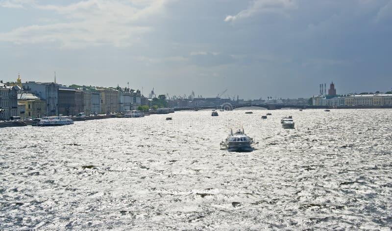 Heilige Petersburg De rivier van Neva stock foto's