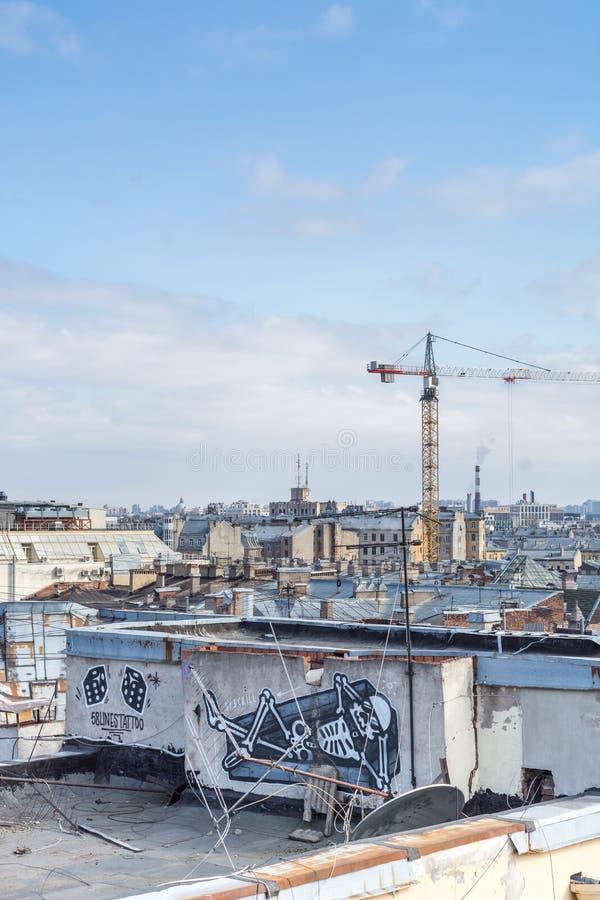 Heilige Petersburg, Rusland - April 2018: Mening van de stad van het dak van oude huizen in historisch de stad in bij zonnige dag royalty-vrije stock afbeelding