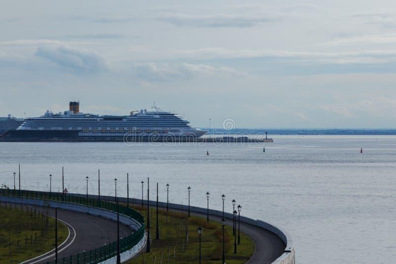Heilige-Petersburg, Rusland - Augustus, 2018: Weergeven van het cruiseschip in de haven stock afbeeldingen