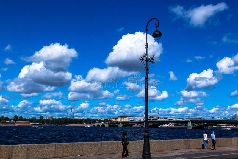 HEILIGE-PETERSBURG, RUSLAND - AUGUSTUS 29, 2018: Weergeven van Troitsky-Brug van Paleisdijk stock foto's
