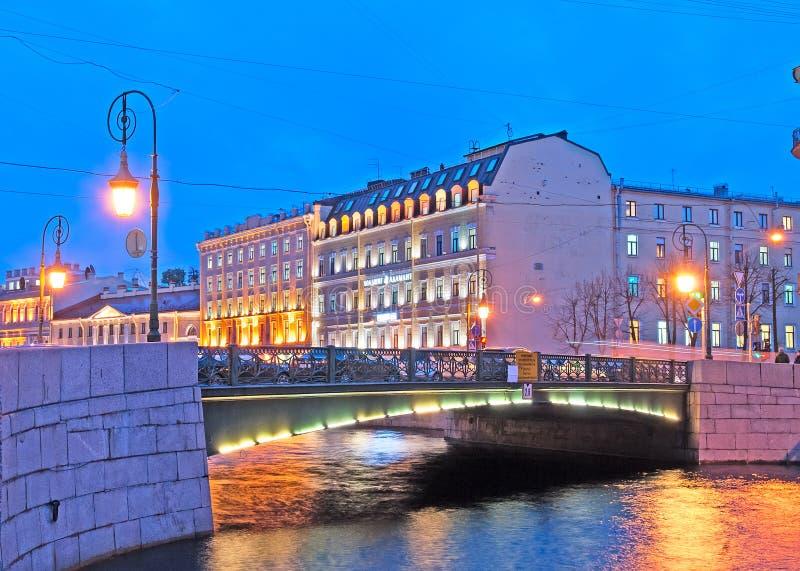 Heilige-Petersburg Rusland Brug van Lantaarns stock afbeeldingen
