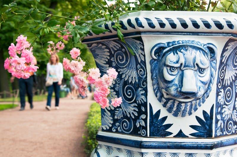Heilige-Petersburg Rusland Decoratieve Vaas in de de Zomertuin royalty-vrije stock fotografie