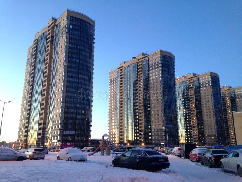 Heilige Petersburg, Rusland - Februari 9, 2015: Nieuwe woningbouw met meerdere verdiepingen in de woonwijk van Noordelijke Vallei stock afbeelding