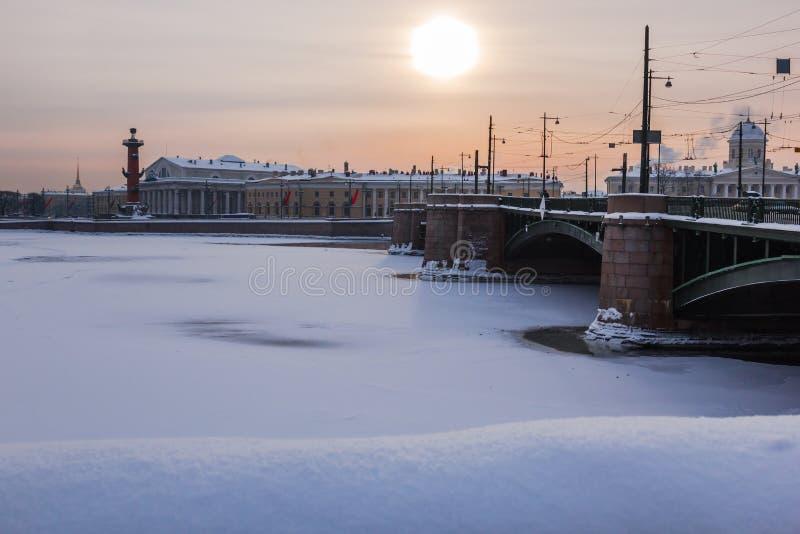 Heilige Petersburg, Rusland - Januari 27, 2019: De wintermening van St. Petersburg, Rusland, met de Paleisbrug, Rostral royalty-vrije stock afbeelding