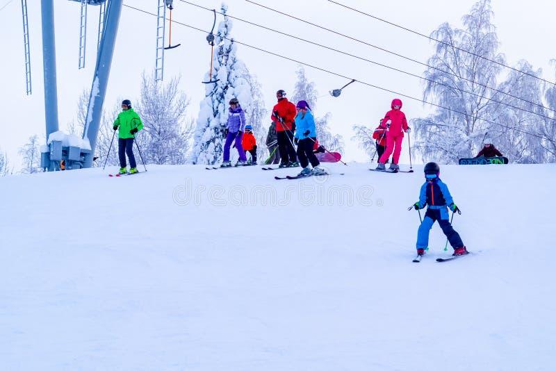 Heilige Petersburg, 27 Rusland-Januari, 2019: Snow-covered skihelling in de bergen met een skilift en ski?ende skiërs royalty-vrije stock afbeeldingen