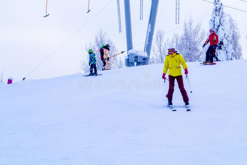 Heilige Petersburg, 27 Rusland-Januari, 2019: Snow-covered skihelling in de bergen met een skilift en ski?ende skiërs stock fotografie