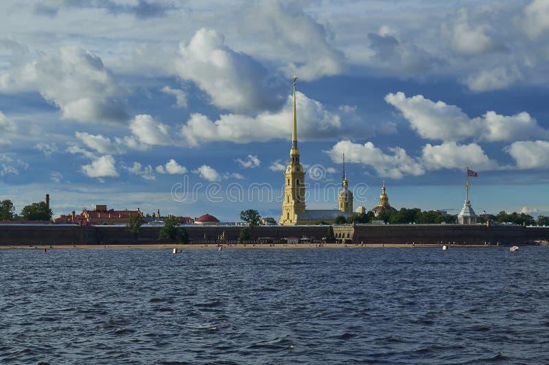 HEILIGE-PETERSBURG, RUSLAND - JULI 20, 2017: Mening van Peter en Paul Fortress in St. Petersburg stock foto