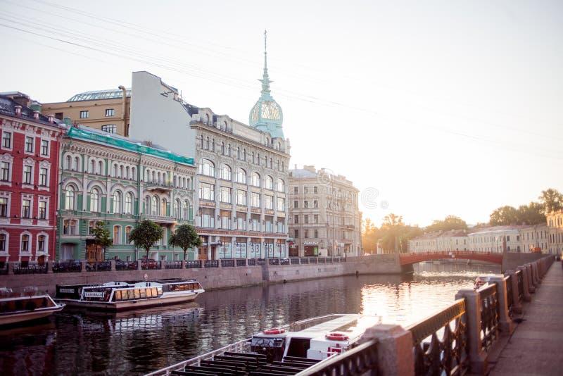 HEILIGE PETERSBURG, RUSLAND - JUNI 21, 2013: De rivierdijk van Moika van St. Petersburg, warenhuis bij de rode brug royalty-vrije stock foto's