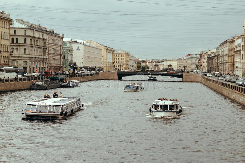 Heilige Petersburg, Rusland, 27 Juni 2019 - de toeristen berijden op excursieboten op de kanalen van het stadswater royalty-vrije stock foto's
