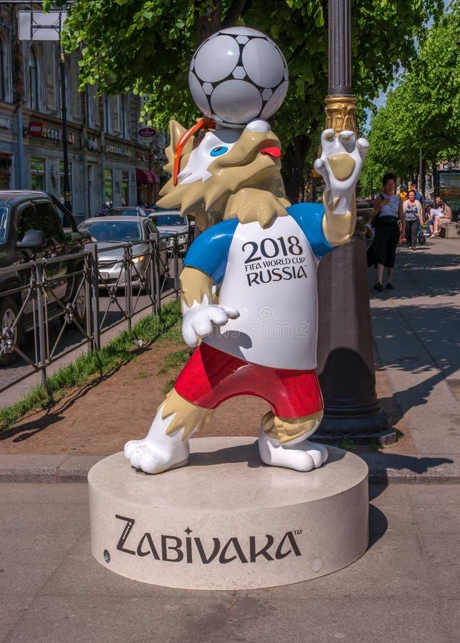 Heilige Petersburg, Rusland - Juni 17, 2017: Het symbool van de welp Zabivaka van de Federatieskop stock afbeeldingen
