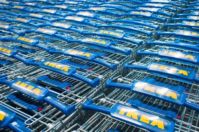 HEILIGE PETERSBURG, RUSLAND - JUNI 3, 2019: IKEA-pakhuisopslag, boodschappenwagentjestapels met embleem royalty-vrije stock fotografie