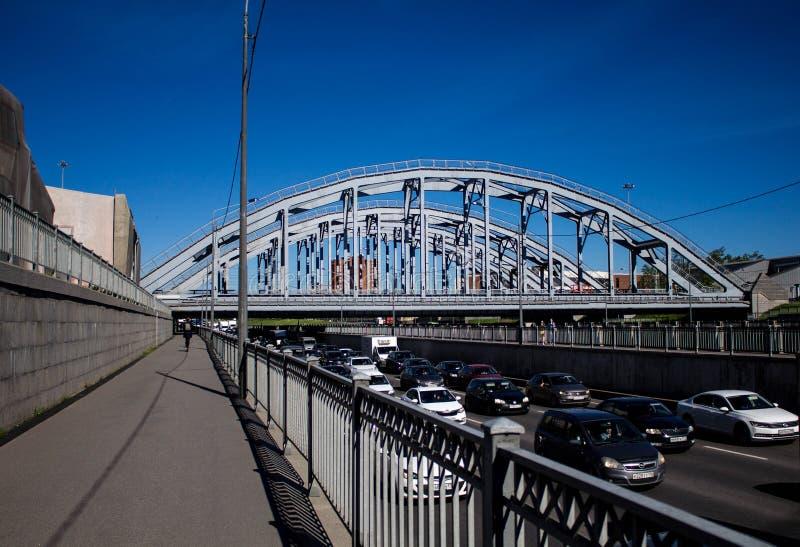 Heilige Petersburg, Rusland, kan 2019, de dijk van het omleidingskanaal en de spoorwegbrug Verkeer op een Zonnige dag royalty-vrije stock fotografie
